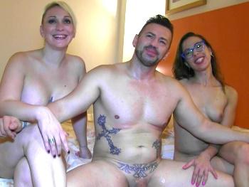 5 años despues, Daniela regresa al porno. SQUIRTING y trío A PELO con sus mejores amig@s